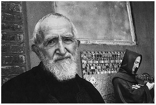 L'Abbé Pierra fotografato da Henri Cartier-Bresson