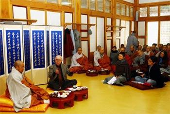 Knitter al centro, in una riunione interreligiosa